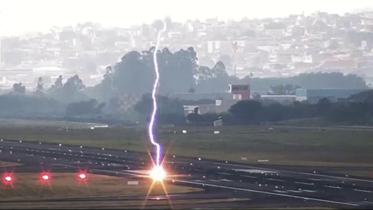 Vídeo impressionante registra momento exato em que raio atinge pista do Aeroporto de Guarulhos