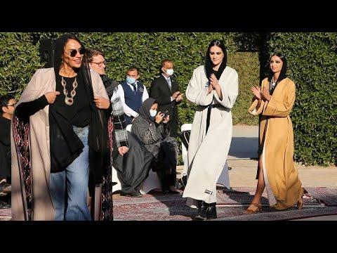 عارضات أزياء سعوديات يعرضن تصميمات حديثة للعباءة التقليدية