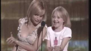 Dakota Fanning and Brittany Murphy present an award at the Teen Choice Awards.
