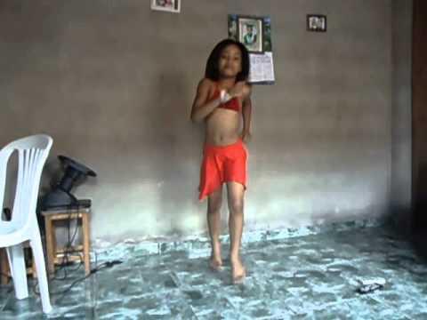 gatinha de 8 anos dançando cuduro