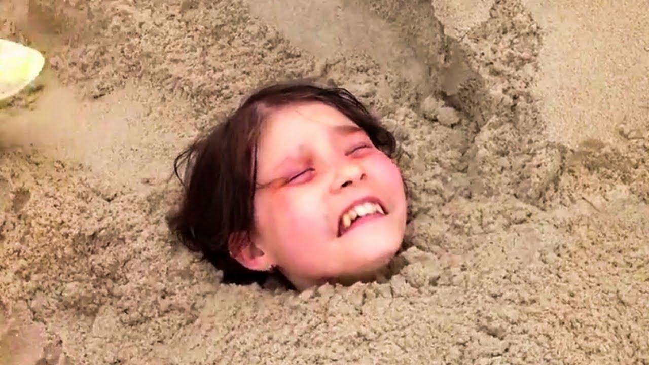 11 jähriger Junge findet kleines Mädchen lebendig im Sand begraben! Das ist Passiert