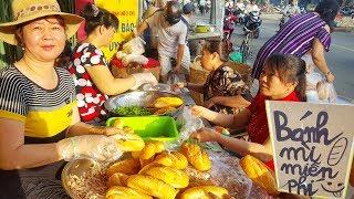 Cận cảnh hơn 1000 ổ bánh mì giá 0 đồng trên vĩa hè giữa Sài Gòn hoa lệ   street food of saigon