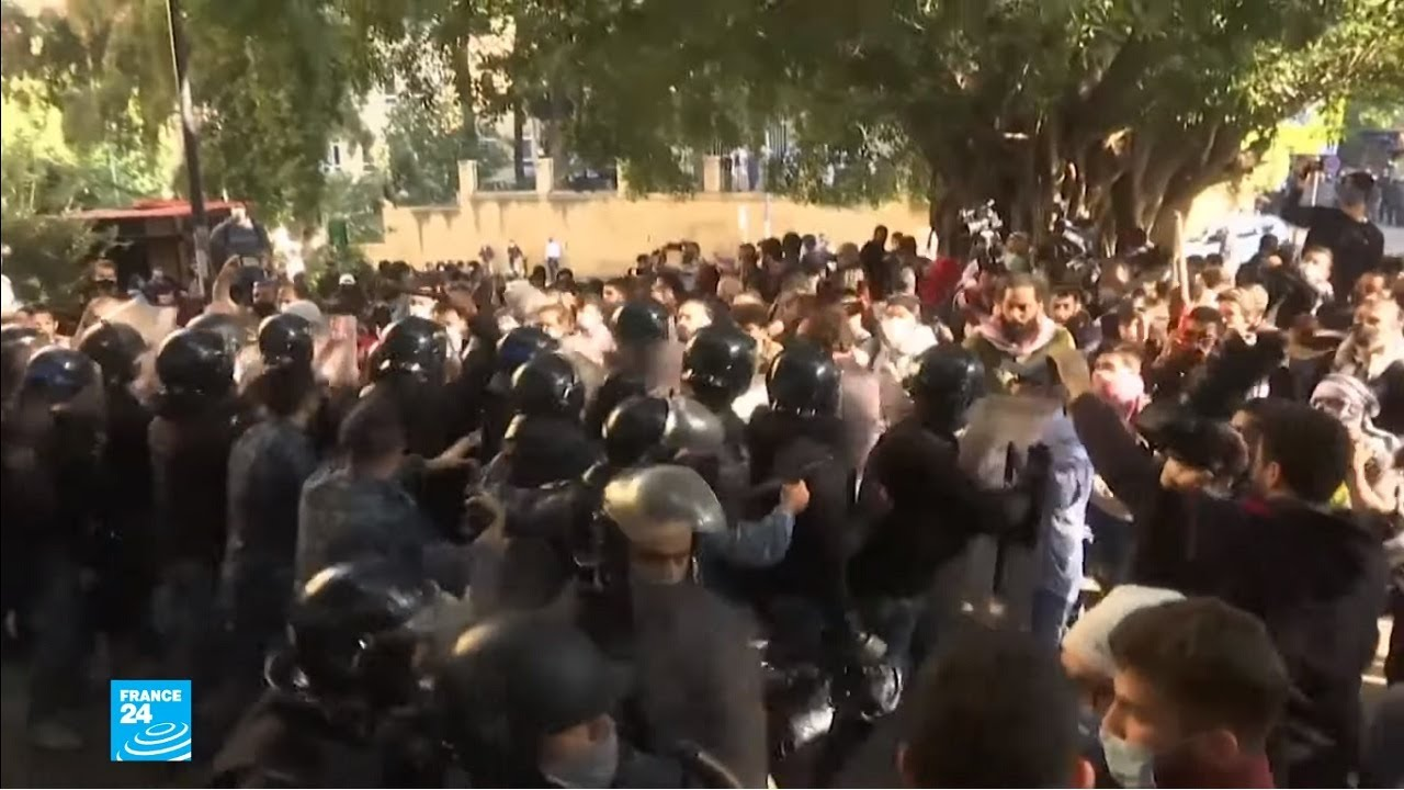 لبنان: الطلاب يحتجون أمام الجامعة الأمريكية في بيروت على رفع الرسوم الجامعية