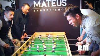 Oribe Peralta y Agustín Marchesín juegan futbolito en la barbería Mateus