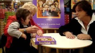 Keesha sur les genoux de Passe-Partout lors de signatures de DVD.MPG