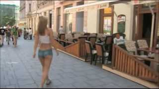 Repeat youtube video Mujer body paint caminando en publico