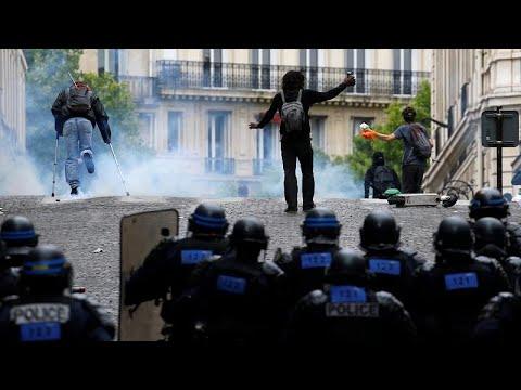 إطلاق الغازات المسيلة للدموع لتفريق محتجين في شارع الشانزليزيه أثناء الاحتفال بيوم الباستيل…  - 16:53-2019 / 7 / 14