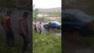 Trafik polisi vatandaşı sırtında taşıdı