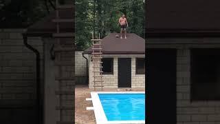 В Сочи мужчина прыгнул с крыши дома в бассейн и разбился