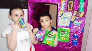 حمودي ومريم يبيعان ف ماكينة الحلويات