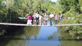 В Болотнинском районе жители двух деревень сами отремонтировали подвесной мост из дерева