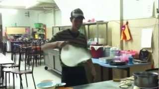 парень творит чудеса с тестом для пиццы