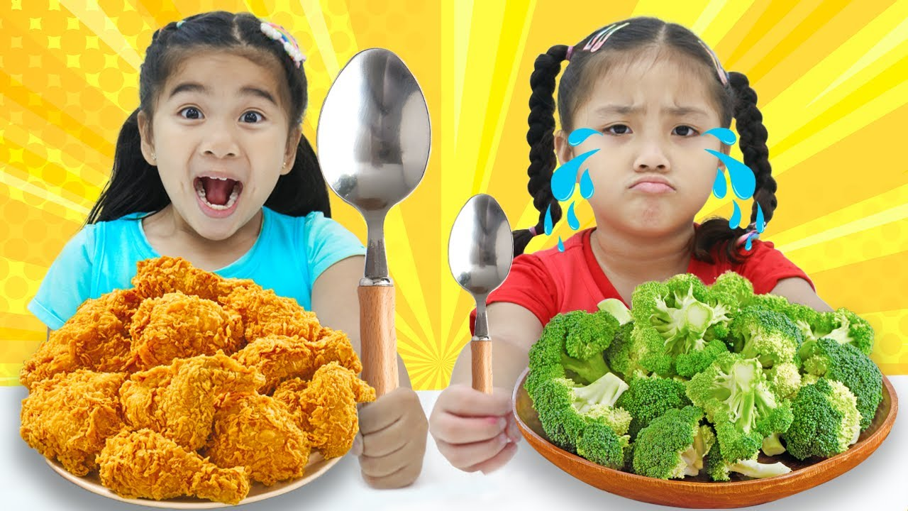 Annie and Suri Pretend Play the Big and Small Spoon Food Challenge with Mystery Wheel