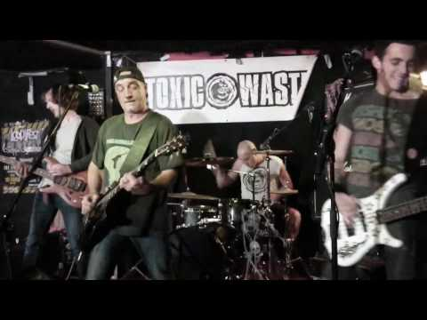 TOXIC WASTE - Commun Connard (live 2016)