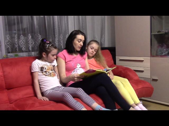 Изображение предпросмотра прочтения – «Семья Кольчугиных» читают произведение «Косточка» Л.Н.Толстого