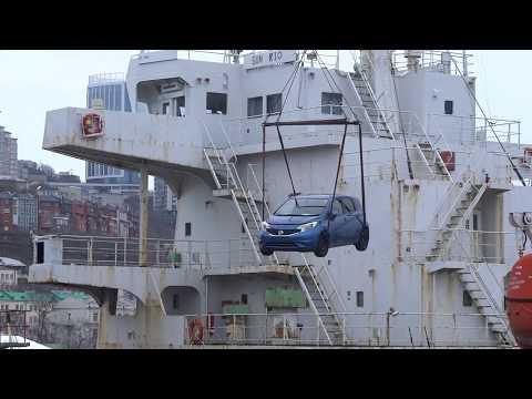 Выгрузка японской техники в порту Владивостока