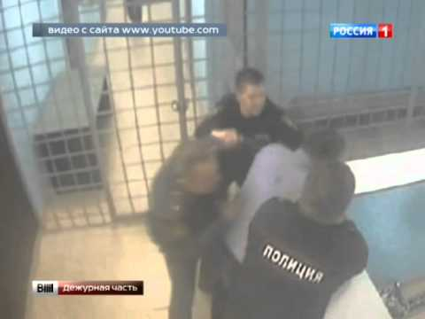 В Интернете появился видеоролик, на котором полицейский избивает своего коллегу