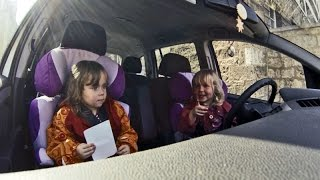 Zwillinge fahren Auto oder Wie man ein Auto startet? - Lustige Kinder Videos