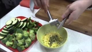 Рулет из куриного окорочка, фаршированного сыром и чесноком, с гарниром из отварных овощей