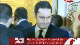 بالفيديو -سامي عنان وعلاء مبارك في عزاء محمود عبد العزيز