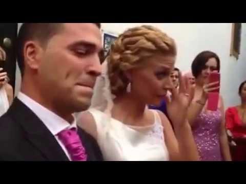 Sorpresa de los amigos a los novios con un pasodoble en su boda.
