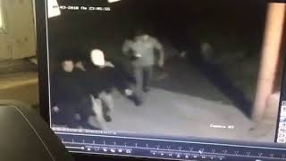 Потерпевший заходит в здание ГОМ-2 УВД Ленинского района.
