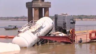 Caminhão com 50 mil litros de óleo diesel cai no Rio Madeira