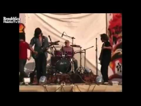Band Picchia Il Chitarrista Troppo Scarso.wmv