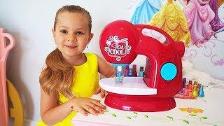 Diana finge Brincar com máquina de costura de brinquedo