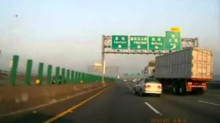 tire blow out causes truck  crush a car 車禍意外