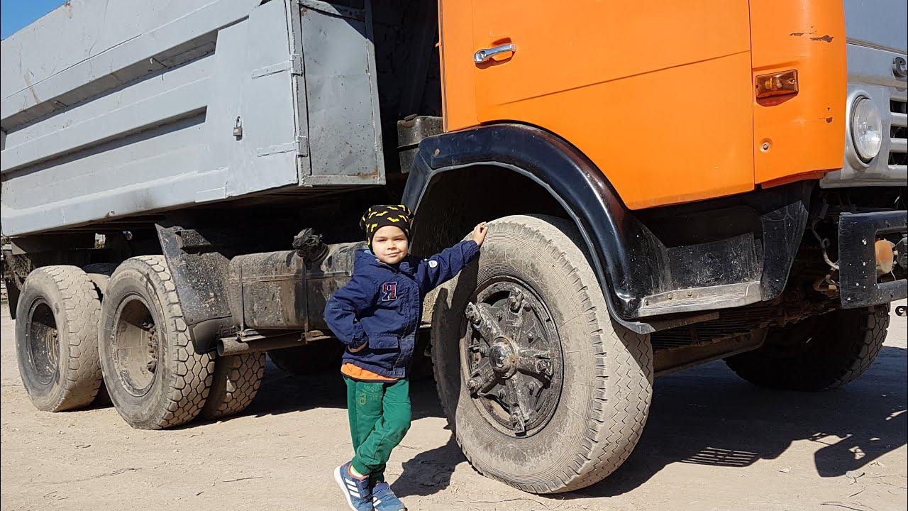 Велика вантажівка зламалася стравило колесо