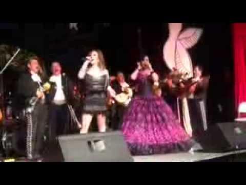 Beatriz Adriana cantando con su hija BA Solis
