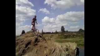Прыжок на велосипеде со скалы))).(Всем привет)) Меня зовут Евгений Фетисов. Я люблю машины и мототехнику. Буду все снимать и монтировать видео,..., 2012-08-31T12:57:43.000Z)