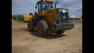 Фронтальный погрузчик в Калуге производит погрузку песка