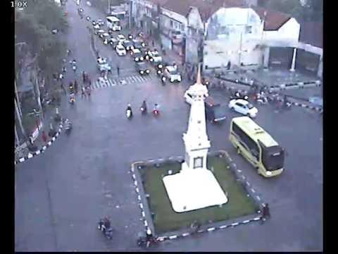Video CCTV Detik-Detik Kecelakaan Mobil di Tugu Jogja