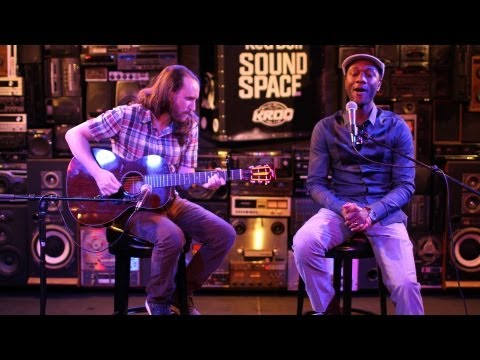 Mike Einziger And Aloe Blacc Perform Avicii's