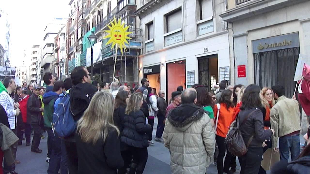 Manifestantes ante banco santander valladolid 21 03 13 for Oficina banco santander valladolid