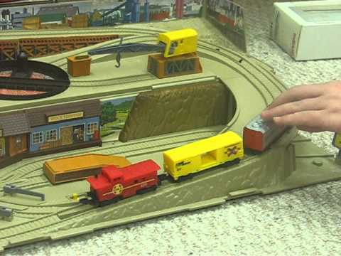 Vintage 1983 HOT WHEELS RAILROAD Sto N Go Train Set Freight Yard