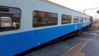 風壓超大!!台鐵7201次貨物列車,中速通過台南