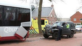 Scharmer - Auto botst achterop stilstaande bus op de Hoofdweg
