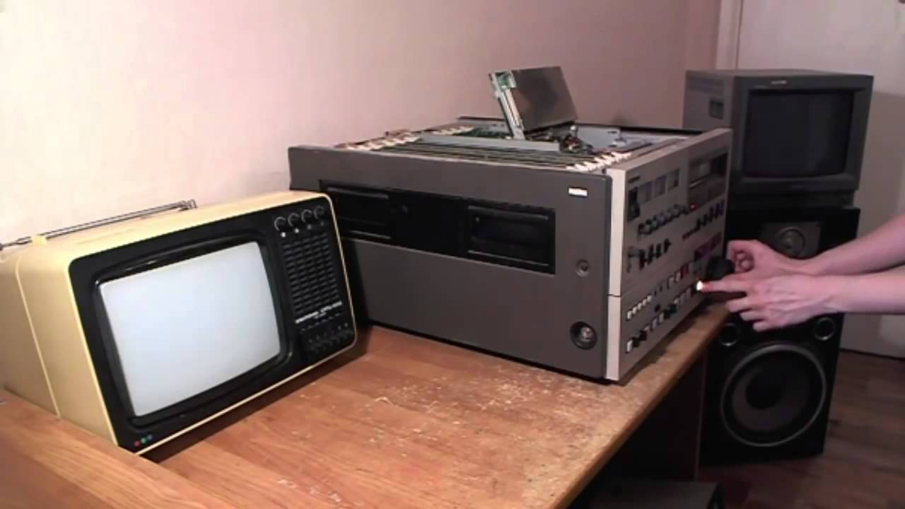 Cлева кассета профессионального формата betacam, заменившего собой. Цифровой формат digital betacam (digibeta) позволяет записывать.