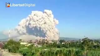El volcán Sinabung en Indonesia entra en erupción arrojando una columna de 5 kilómetros