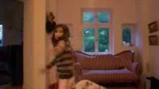Она просто хотела заснять красивое видео :)(Вот так) Смотрим на псинку, потом на змею ) Пеар: http://slovar2003.livejournal.com/, 2008-02-18T20:54:36.000Z)