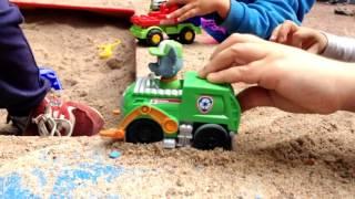 Щенячий патруль! Рокки и Маршал в песочнице