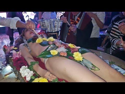 これが女体盛りだ! 美女のカラダに盛られた刺身に男達が群がる!