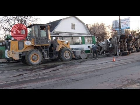 У Житомирі перевернувся бетонозмішувач та зіштовхнувся з тролейбусом – є постраждалі