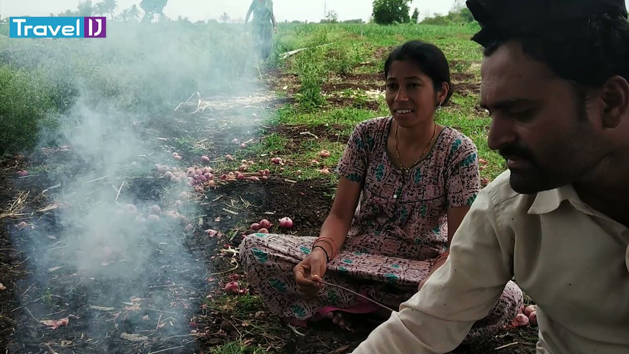 शेतात चुलीवर केलेले झणझणीत गावरान चिकन | Gavran Chicken Curry
