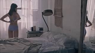 小嶋陽菜 ベッドルームでブラをつける背中、美バストにうっとり…ナチュラルな美貌輝く デイジーリドリー水着 検索動画 12