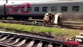 «Эльдар, вылазь!» — поезд разносит УАЗ
