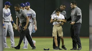 Gambar cover Fan runs onto field at Arizona's Chase Field to celebrate with Los Angeles Dodgers | ABC7